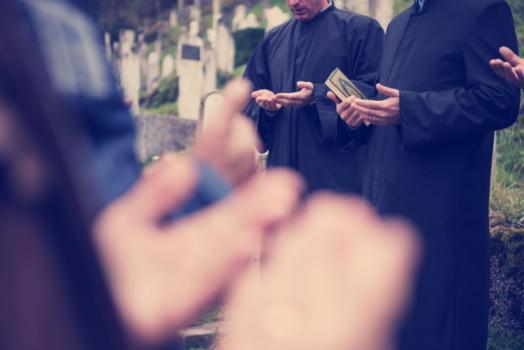 Prière autour d'une tombe musulmane