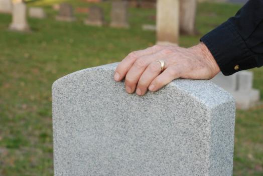 Main sur une tombe